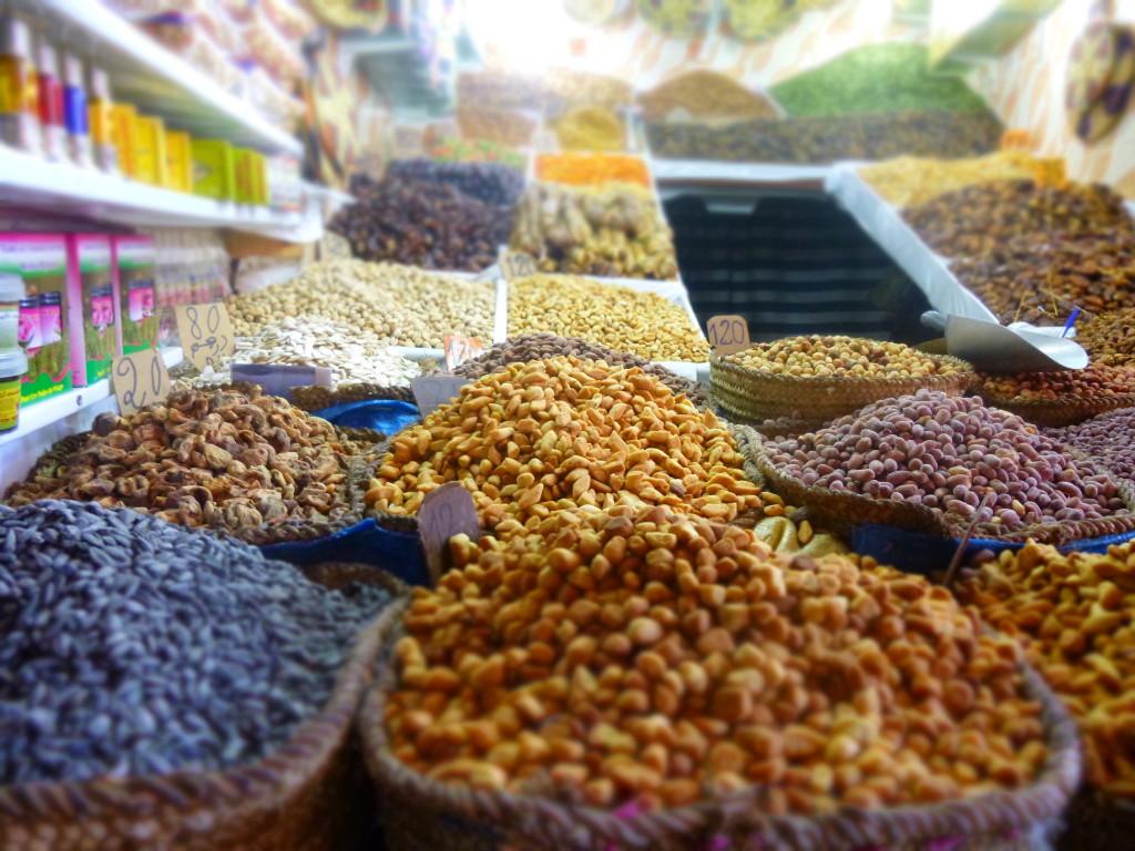 Noten en dadels op de eindeloze souks in Marrakech