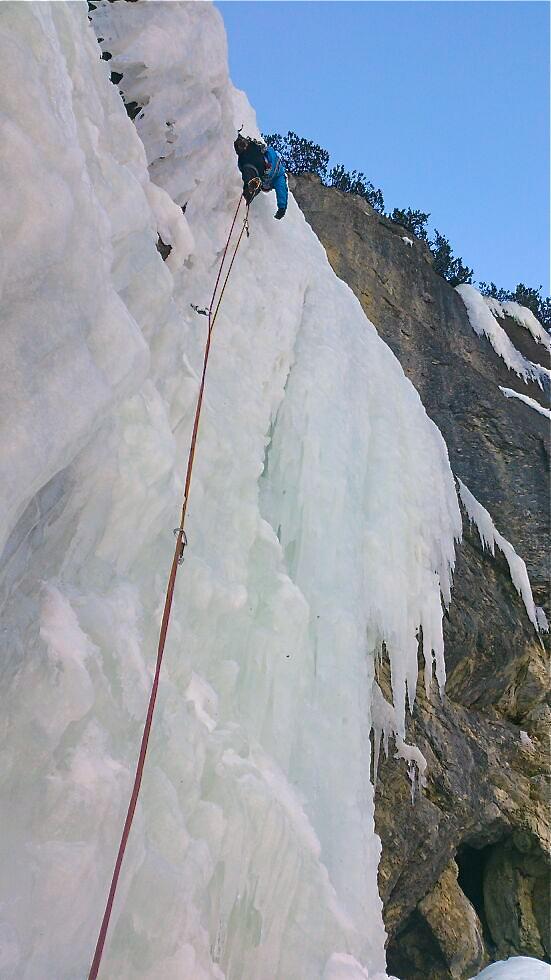 Het ijs blijkt niet van de beste kwaliteit te zijn. Het is dus behoorlijk hard werken
