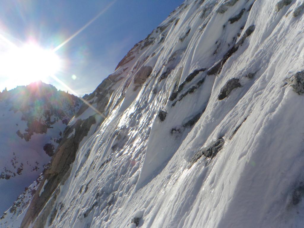 De zon komt in de wand en gaat niet meer weg.. hier is de sneeuw en het ijs nog hard, maar dat wordt steeds slechter.
