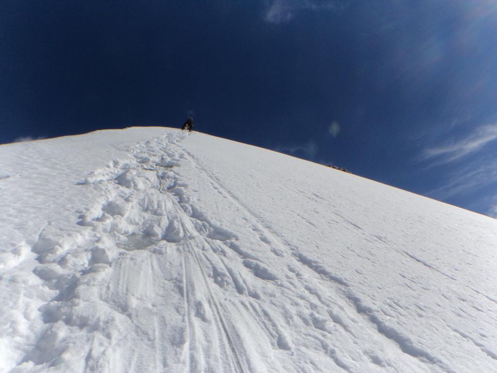 Jeroen in de topgraat, 5 cm ongebonden sneeuw over blank ijs.