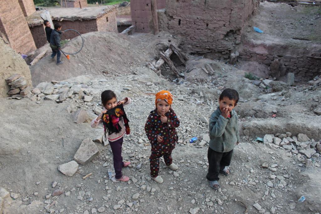 Nieuwsgierige kinderen in Zaouiat